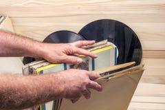 Passando in rassegna attraverso la raccolta delle annotazioni di vinile Priorità bassa di musica Copi lo spazio Fotografia Stock