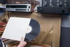 Passando in rassegna attraverso la raccolta delle annotazioni di vinile Priorità bassa di musica Copi lo spazio Retro immagine di Immagine Stock