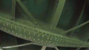 Passando sotto l'argine del palazzo del ponte vicino al giardino di estate video d archivio
