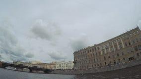 Passando sotto l'argine del palazzo del ponte vicino al giardino di estate archivi video