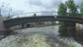 Passando sotto l'argine del palazzo del ponte vicino al giardino di estate stock footage