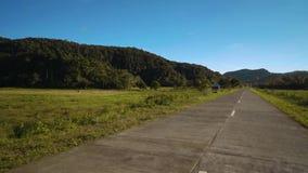 Passando strada attraverso il campo in Siargao, Filippine stock footage