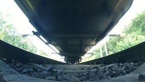 Passando a trem a vista inferior ângulo largo vídeos de arquivo