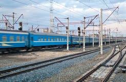 passanger проходя поезд станции Стоковые Изображения RF