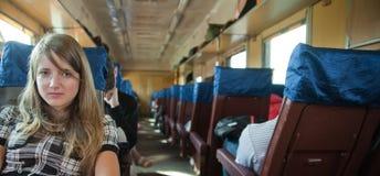 Passanger de la muchacha que se sienta dentro del tren imagen de archivo