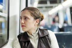 Passanger de la muchacha que se sienta dentro del tren foto de archivo