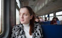Passanger femenino que se sienta dentro del tren Imagenes de archivo