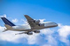 passanger vliegtuig het opstijgen Royalty-vrije Stock Afbeeldingen