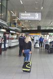 Passangers αναχώρησης στο διεθνή αερολιμένα Schiphol στοκ εικόνες
