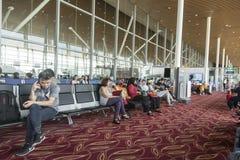 Passangers στο διεθνή αερολιμένα της Κουάλα Λουμπούρ στοκ εικόνες