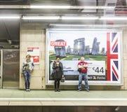 Passangers attendant sur une plate-forme de station Image libre de droits