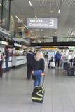 Passangers de départ à l'aéroport international de Schiphol Images stock