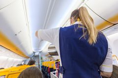 Passangers de portion d'hôtesse sur le vol d'avion de Ryanair sur le 14ème de décembre 2017 sur un vol de Trieste vers Valence Image libre de droits
