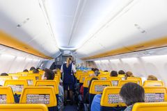 Passangers de portion d'hôtesse sur le vol d'avion de Ryanair sur le 14ème de décembre 2017 sur un vol de Trieste vers Valence Photo libre de droits