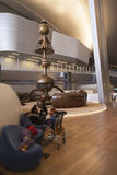 Passangers en tránsito en el aeropuerto Imágenes de archivo libres de regalías