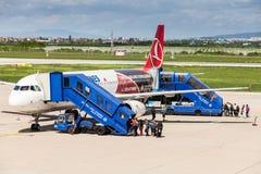 Passangers que embarca o avião de Turkish Airlines em Zagreb, Croácia Imagens de Stock Royalty Free