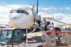 Passangers que sube al aeroplano de Ryanair en el aeropuerto de Treviso Imagen de archivo