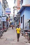 Passant d'Uknown près du centre de yoga d'Osho Photographie stock