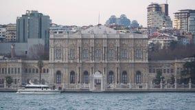 Passant devant le palais de Dolmabahce, le centre administratif principal de l'empire d'Ottoman, Istanbul, Turquie banque de vidéos