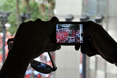 Passant fotografiert eine Rot-Hemd Sammlung in Bangkok Stockfotografie
