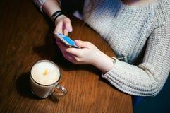 Passant le temps seul, faisant la communication d'Internet par le wifi photographie stock