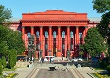 Passanten vorbei und Studenten, die vor dem roten Hochschulgebäude oder dem Chervonyi Korpus Universytetu, die Direktion gehen lizenzfreies stockbild