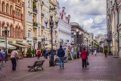 Passanti che camminano sulla via di Arbat a Mosca immagine stock