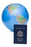 Passaporte americano na frente do globo do mundo, sobre o branco Imagens de Stock Royalty Free