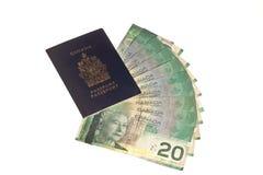 Passaporte canadense e dinheiro canadense Fotos de Stock Royalty Free