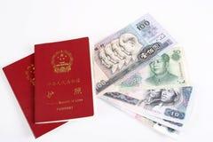 Passaporte chinês e moeda Imagem de Stock
