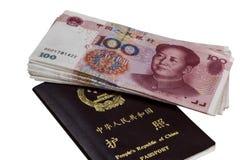 Passaporte chinês e Renminbi (RMB) Fotos de Stock Royalty Free