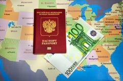 Passaporte com conta do Euro no mapa Imagem de Stock