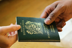 Passaporte da parte traseira entregando do oficial do VISTO imagem de stock royalty free