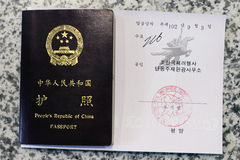 Passaporte de China e visto da Coreia do Norte Fotografia de Stock Royalty Free