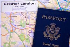 Passaporte de Estados Unidos e mapa da mais grande Londres foto de stock royalty free