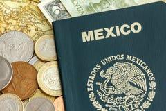 Passaporte de México com moeda do mundo sobre um mapa Imagem de Stock Royalty Free