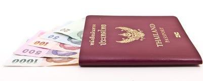 Passaporte de Tailândia e dinheiro tailandês Fotos de Stock Royalty Free