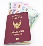 Passaporte de Tailândia e dinheiro tailandês Foto de Stock Royalty Free