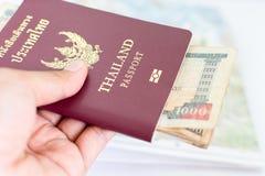 Passaporte de Tailândia para o turismo com notas do Nepali imagens de stock royalty free