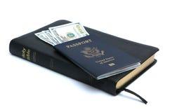 Passaporte, dinheiro e Bíblia Fotos de Stock