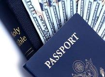 Passaporte, dinheiro e Bíblia Fotografia de Stock Royalty Free
