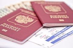 Passaporte, dinheiro e bilhetes internacionais ao plano Fotografia de Stock