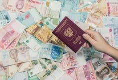 Passaporte do russo com dinheiro de 3Sudeste Asiático e de nota de dólar do americano cem Moeda de Hong Kong, Indonésia, Malaysi Imagem de Stock Royalty Free