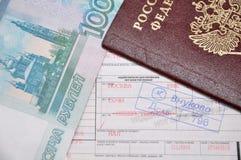 Passaporte e bilhete e dinheiro de linha aérea Fotografia de Stock