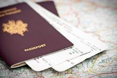 Passaporte e bilhetes no mapa Foto de Stock Royalty Free