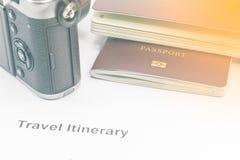 Passaporte e câmera do tom do vintage no papel do itinerário do curso Fotos de Stock Royalty Free