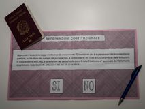 Passaporte e cédula italianos para o referendo italiano da constituição Imagens de Stock Royalty Free