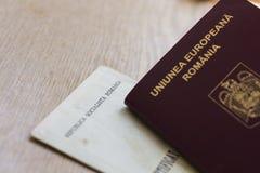 Passaporte e certidão de nascimento romenos Fotos de Stock Royalty Free