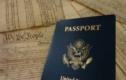Passaporte e constituição fotos de stock royalty free