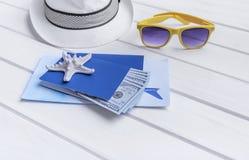 Passaporte e dinheiro e bilhetes para o resto Fotos de Stock Royalty Free